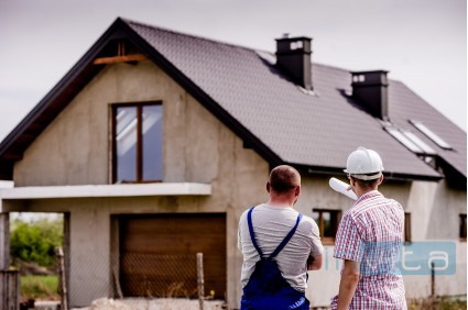 Pomoč prijateljev pri gradnji hiše