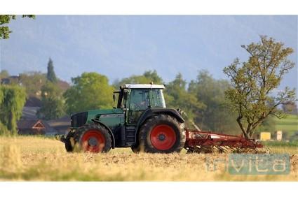 Pogodba sklenjena, a pred prepisom je bil traktor zajet v požaru